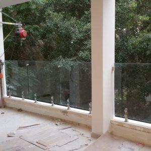 מעקה זכוכית עמודונים 1