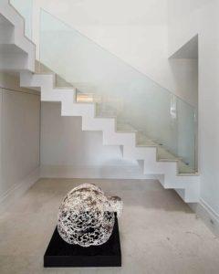 מעקה זכוכית שתול צורתי נסתר מדרגות